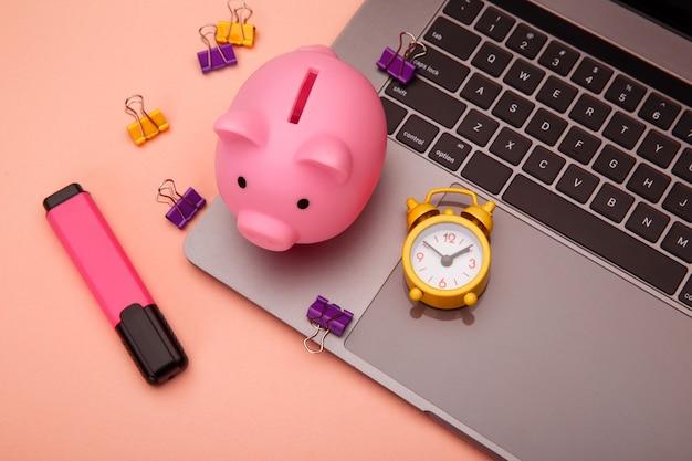 Nowoczesne, stylowe miejsce do pracy przy biurku biznesowym i finansowym z nowoczesnym laptopem z ekranem dotykowym