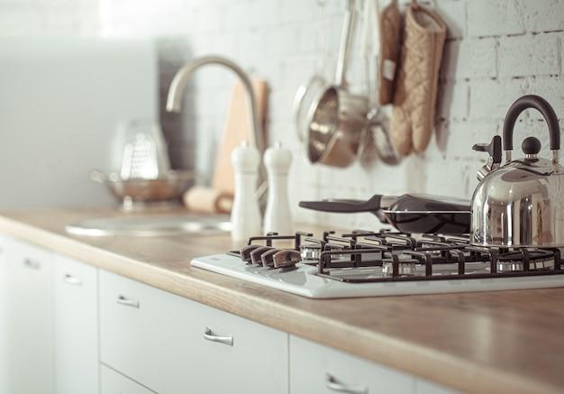 Nowoczesne stylowe wnętrze kuchni skandynawskiej z akcesoriami kuchennymi.