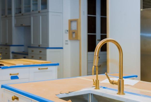 Nowoczesne szafki domowe z nowymi urządzeniami i zlewem w kuchni