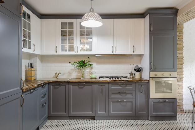 Nowoczesne szaro-białe drewniane wnętrze kuchni