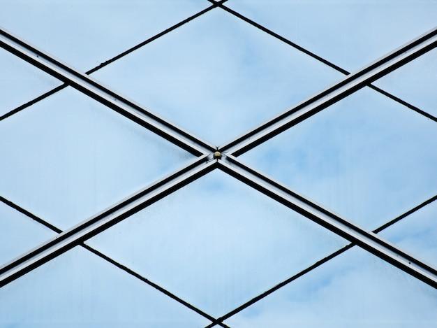 Nowoczesne szklane okna biurowe z odbiciem nieba