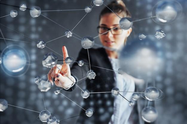 Nowoczesne technologie, internet i sieć - człowiek, naciska przycisk na wirtualnym ekranie