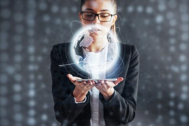 Nowoczesne technologie, internet i sieć - mężczyzna w strojach biznesowych naciska guzik