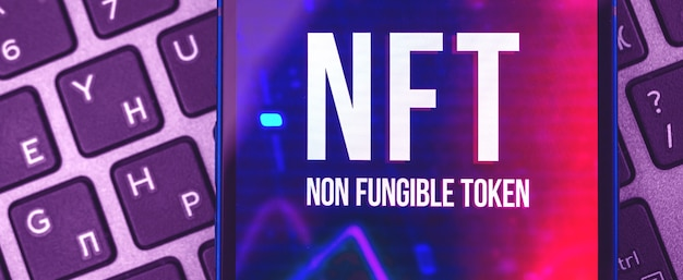 Nowoczesne tło banera tokenów nft w fioletowych kolorach, zbliżenie logo wyświetlane na ekranie, zdjęcie przyszłości koncepcji cryptoart