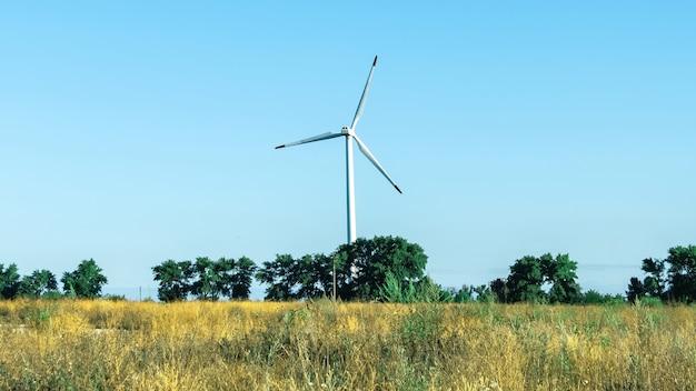 Nowoczesne turbiny wiatrowe na tle błękitnego nieba