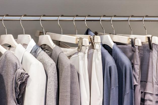 Nowoczesne ubrania na metalowych wieszakach w szafie
