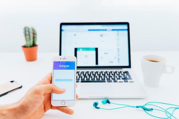 Nowoczesne urządzenia, biurko, instagram i facebook