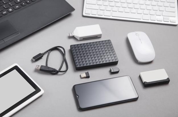 Nowoczesne urządzenia cyfrowe do przesyłania i przechowywania informacji.