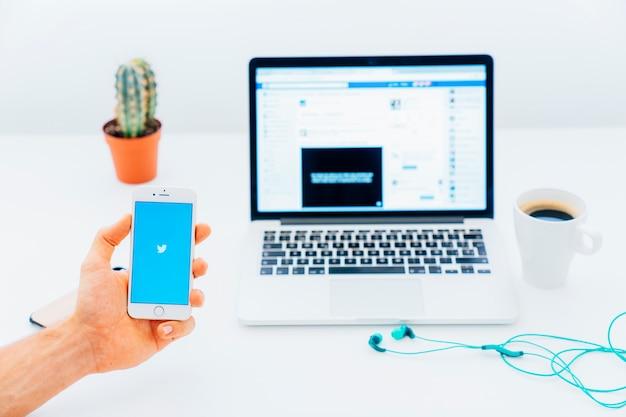 Nowoczesne urządzenia, kawa, kaktus i aplikacja twitter