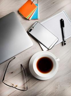 Nowoczesne urządzenia na lekkim okrągłym stole w biurze
