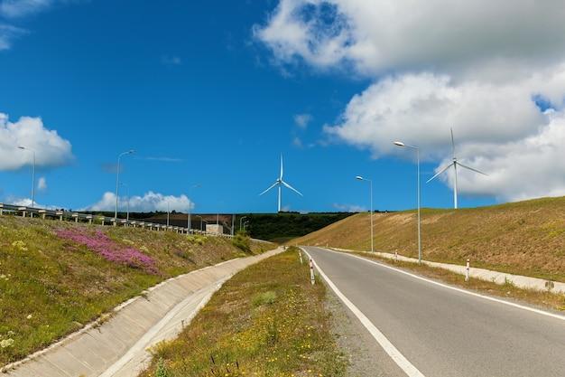 Nowoczesne wiatraki wytwarzają energię elektryczną wzdłuż dróg gruzińskich turbin wiatrowych wzdłuż drogi