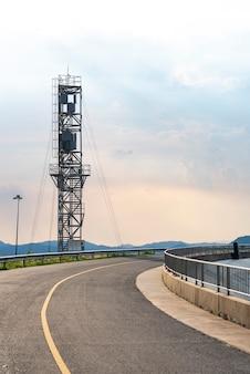 Nowoczesne wieże komunikacyjne koncepcja komunikacji internetowej i pracy online