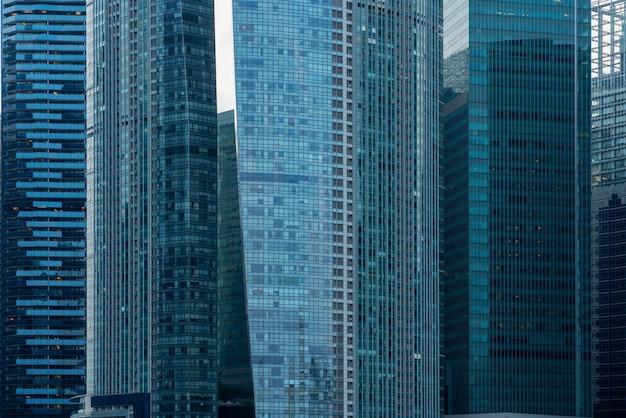 Nowoczesne wieżowce pokryte niebieskimi oknami w centralnej dzielnicy biznesowej singapuru