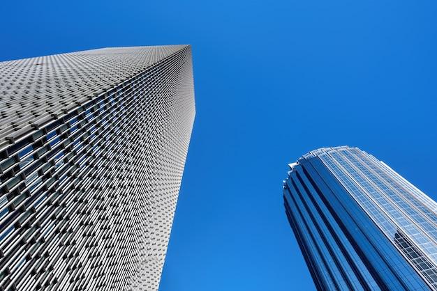 Nowoczesne wieżowce z metalowymi i szklanymi fasadami