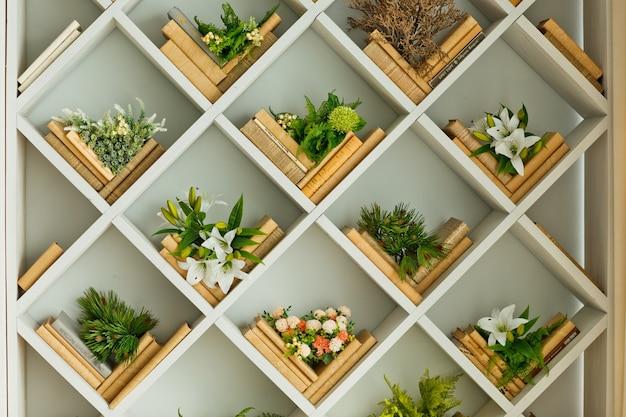 Nowoczesne Wiosenne Wnętrze Z Wbudowanym Regałem. Luksusowy Salon I Aranżacja Wnętrz Premium Zdjęcia