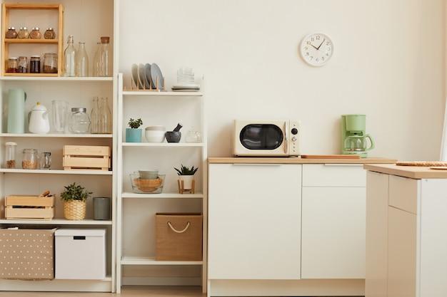 Nowoczesne wnętrze kuchni z minimalistycznym wystrojem i drewnianym wystrojem
