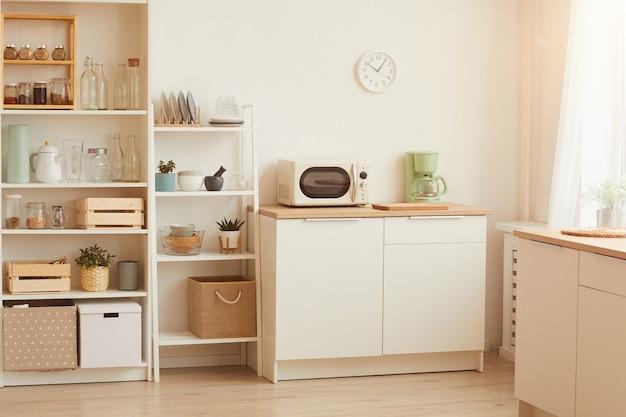 Nowoczesne wnętrze kuchni z minimalistycznym wystrojem i drewnianymi elementami