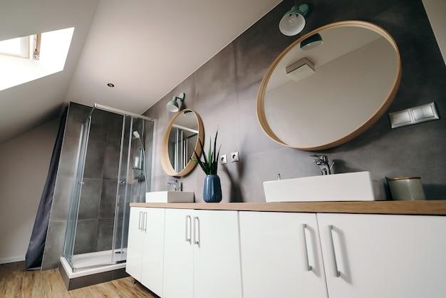 Nowoczesne wnętrze łazienki. luksusowy apartament. łazienka z kabiną prysznicową. duża nowoczesna łazienka z luksusowym wyposażeniem.