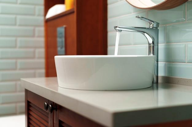 Nowoczesne wnętrze łazienki z białą ceramiczną umywalką