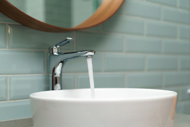 Nowoczesne wnętrze łazienki z białą umywalką ceramiczną