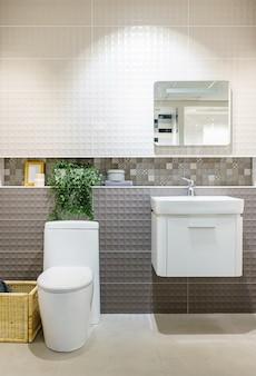 Nowoczesne wnętrze łazienki z nowoczesną umywalką, toaletą i lustrem