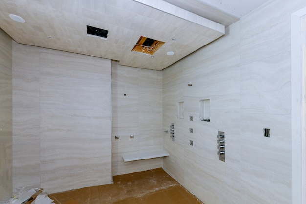 Nowoczesne wnętrze łazienki z otwartym prysznicem w nowym domu