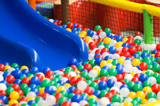 Nowoczesne wnętrze placu zabaw dla dzieci.