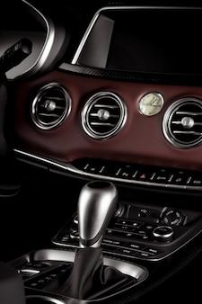 Nowoczesne wnętrze pojazdu, automatyczna dźwignia zmiany biegów z bliska
