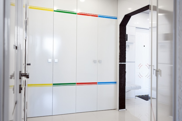 Nowoczesne wnętrze przedpokoju domu. białe panele i kafelki. futurystyczny projekt wnętrza. statek kosmiczny w domu.