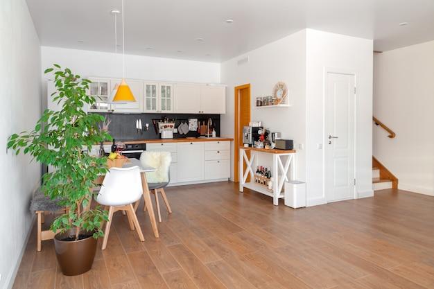 Nowoczesne wnętrze przytulna kuchnia i jadalnia