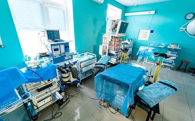 Nowoczesne wnętrze sali szpitalnej. ultra nowy i obecny sprzęt do chirurgii. wnętrze sali operacyjnej w nowoczesnej klinice. lampy i ultranowoczesne urządzenia.