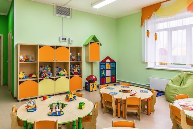 Nowoczesne wnętrze sali zabaw w przedszkolu.