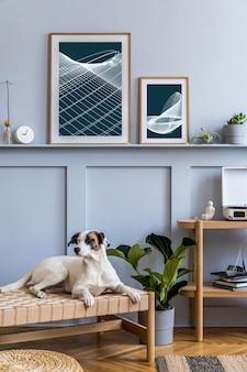 Nowoczesne wnętrze salonu z designem drewniana konsola książki roślinne ramki na zdjęcia dekoracje eleganckie akcesoria osobiste w stylowym wystroju domu i piękny pies leżący na szezlongu