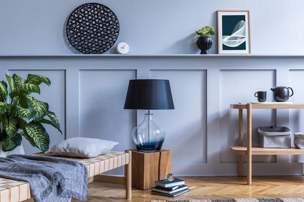 Nowoczesne wnętrze salonu z designerską drewnianą konsolą, szezlongiem, lampą, roślinami, ramą plakatową, dekoracją i eleganckimi akcesoriami osobistymi w stylowym wystroju domu.
