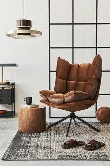 Nowoczesne wnętrze salonu z designerskim brązowym fotelem, stolikiem bocznym, lampą wiszącą, ścianą loftową, kapciami, dywanem, dekoracją i eleganckimi akcesoriami osobistymi w wystroju domu. szablon.