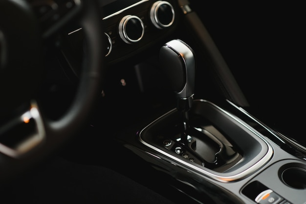 Nowoczesne wnętrze samochodu (płytkie dof - selektywne ustawianie ostrości; obraz w stonowanych kolorach)