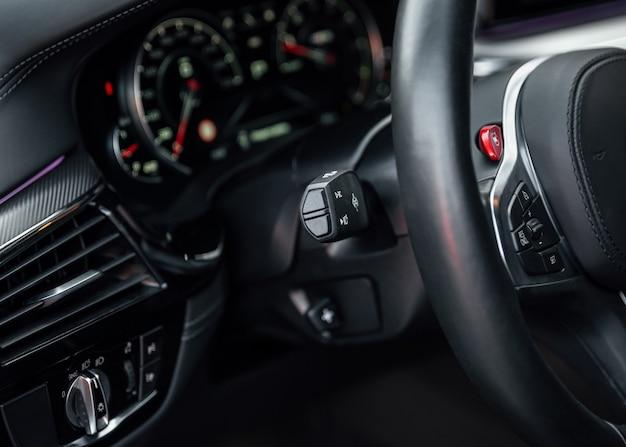 Nowoczesne wnętrze samochodu sportowego, koncepcja podróży. deska rozdzielcza samochodu. skoncentruj się na pokrętle reflektorów w samochodzie.