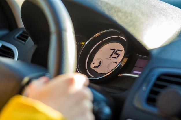 Nowoczesne wnętrze samochodu z ręką kierowcy na kierownicy. koncepcja bezpiecznej jazdy.