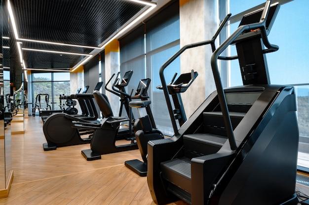Nowoczesne wnętrze siłowni z nowym sprzętem fitness