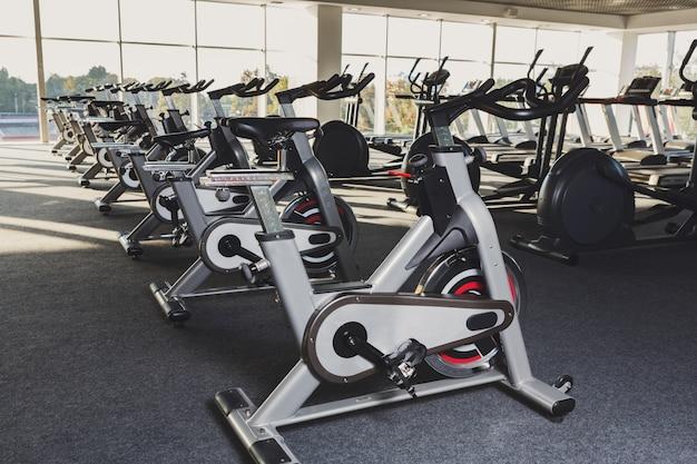 Nowoczesne wnętrze siłowni z wyposażeniem