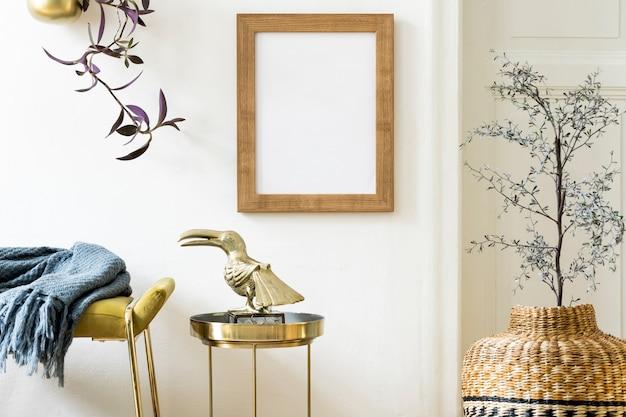 Nowoczesne wnętrze z makietą ramki plakatowej i osobistym szablonem złotych akcesoriów