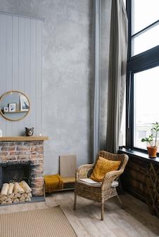 Nowoczesne wnętrze z ozdobnym kominkiem i rattanowym krzesłem w stylu skandynawskim.