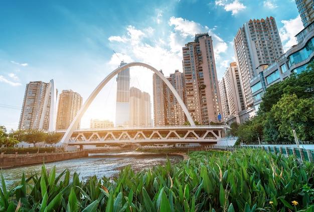 Nowoczesne wysokie budynki i most, krajobraz miasta guiyang
