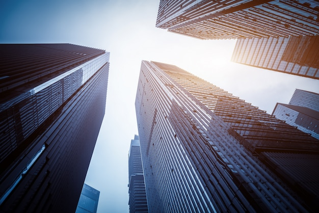 Nowoczesne wysokie budynki widziane z dołu