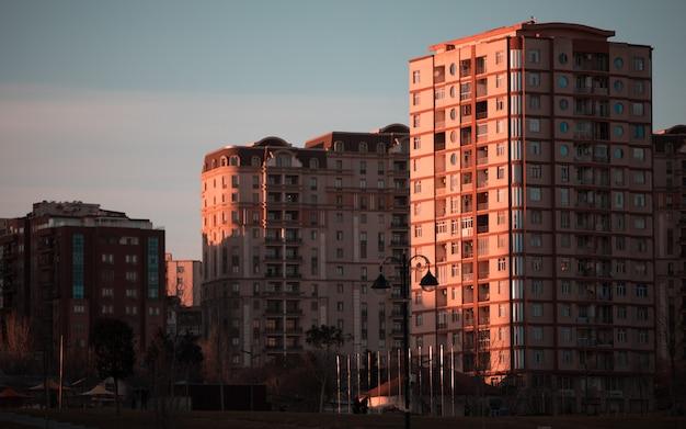 Nowoczesne wysokie budynki z wieloma mieszkaniami