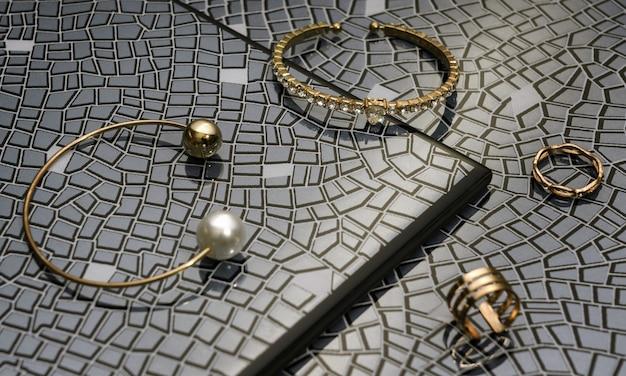 Nowoczesne złote bransoletki i pierścionki