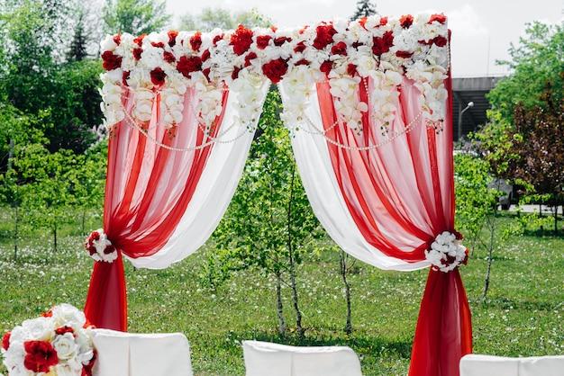 Nowocześnie zdobiony łuk ślubny, do ceremonii ślubnej. wystrój, wesele.