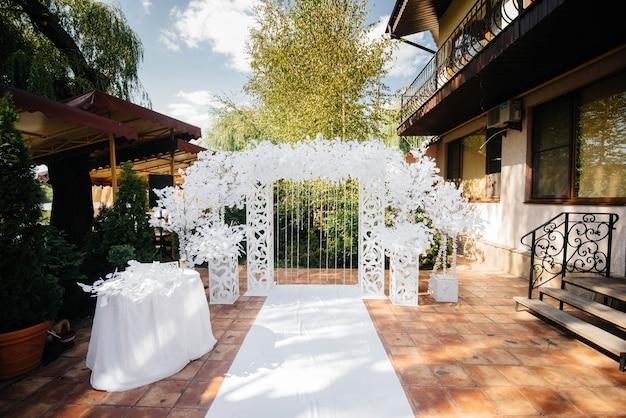 Nowocześnie zdobiony łuk weselny, do ceremonii ślubnej. wystrój, wesele.