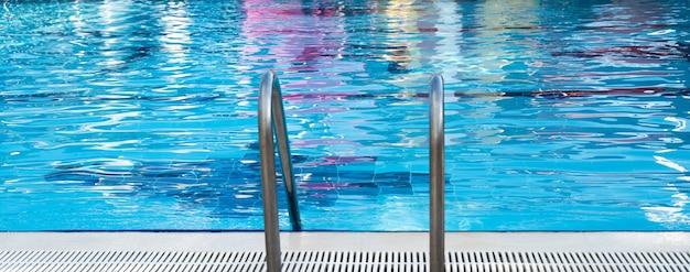 Nowoczesny basen z drabinką w ośrodku. zdjęcie wysokiej jakości