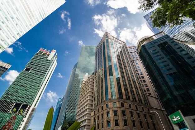 Nowoczesny budynek biurowy firmy. niski kąt widzenia drapaczy chmur w singapurze. widok panoramiczny i perspektywiczny koncepcja biznesowa sukcesu branży technologii architektury.